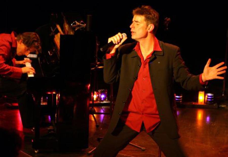 Au village sans prétention, Marc Maurel chante
