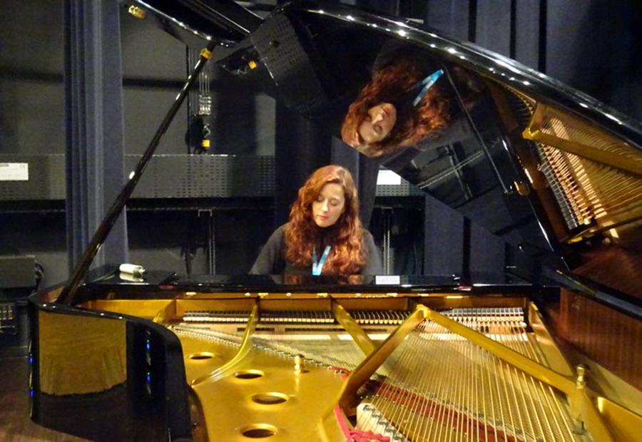 Il était un piano noir, Dora Mars au piano (© droits réservés)