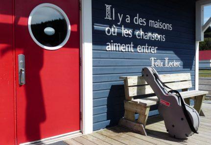 Il y a des maisons où les chansons aiment entrer (Ⓒ Félix Leclerc)