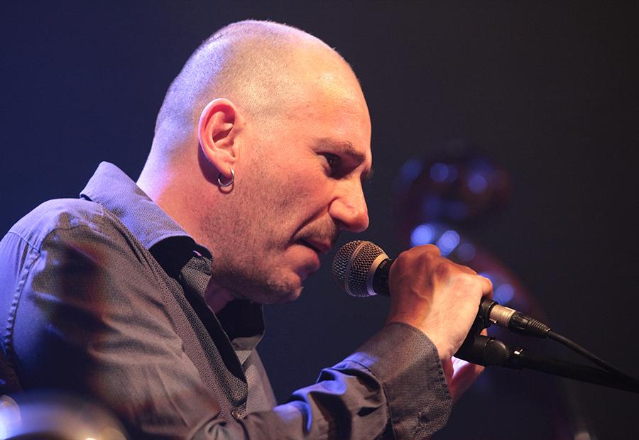 Hervé Suhubiette, l'homme qui chante à tue-tête et cloche-pied